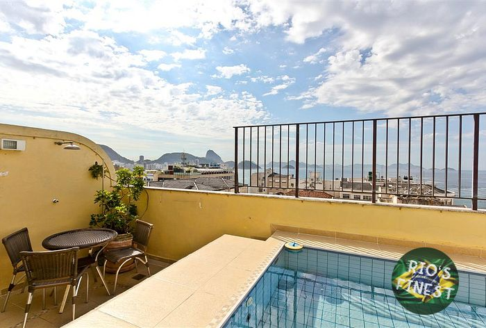 Duplex penthouse with sea view, 2 bedrooms and private pool in posto 6 in Copacabana.