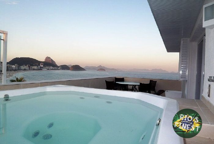 Penthouse with Jacuzzi, 4 bedrooms and front view of Copacabana beach.